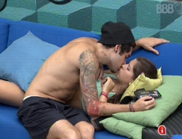 17.mar.2013 - Nasser beija Andressa depois de prova da comida