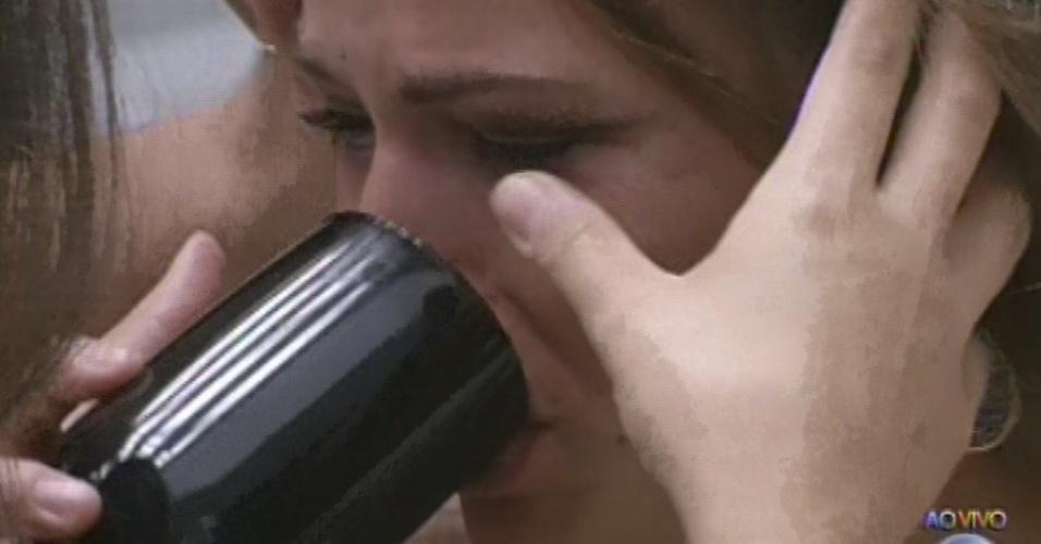 17.mar.2013 - Natália chora e é consolada por sister após eliminação de Fani