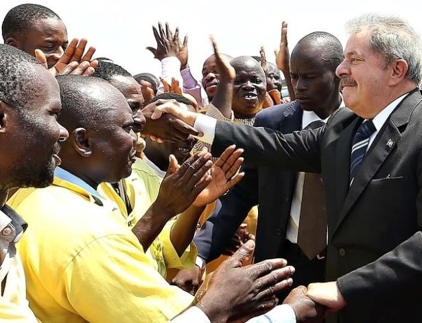 17.mar.2013 -  O ex-presidente Luiz Inácio Lula da Silva recebeu neste domingo (17) a Ordem Nacional da República do Benin, a mais alta condecoração beninense, na cidade de Cotonou.  Lula está percorrendo  quatro países da África. A última escala da viagem será a Nigéria