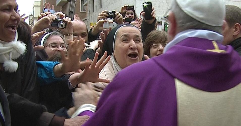 17.mar.2013 - Papa Francisco cumprimenta multidão de fiéis após missa no Vaticano