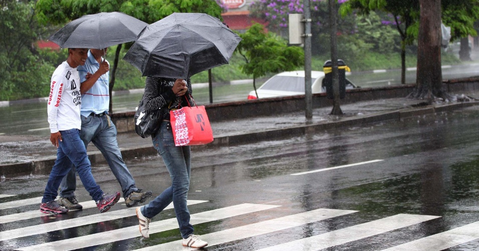 17.mar.2013 - População se protege de chuva na região do aeroporto de Congonhas, na zona sul de São Paulo