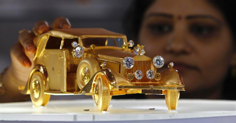 """17.mar.2013 - Rolls Royce """"RRR65"""" feito de ouro puro, pesando 1,5 kg, é exposto na cidade indiana de Chennai"""