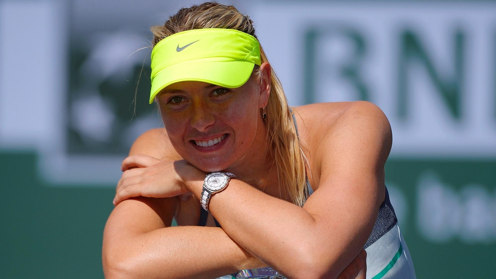 17.mar.2013 - Sharapova sorri com o troféu conquistado em Indian Wells