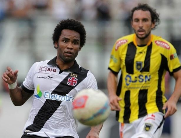 17.mar.2013- Seguido por jogador do Volta Redonda, Carlos Alberto corre em direção à bola durante jogo da Taça Rio