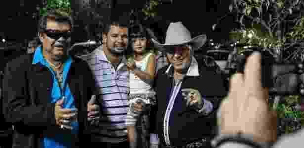 15.mar.2013 - A dupla sertaneja Milionário e José Rico posa com fãs durante show em São Bernardo do Campo - Leandro Moraes/UOL