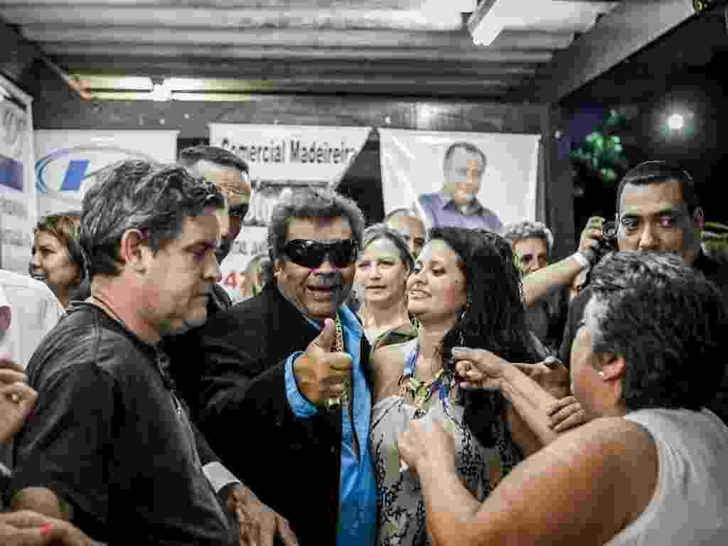 15.mar.2013 - O cantor José Rico posa com fãs antes de se apresentar em São Bernardo do Campo - Leandro Moraes/UOL