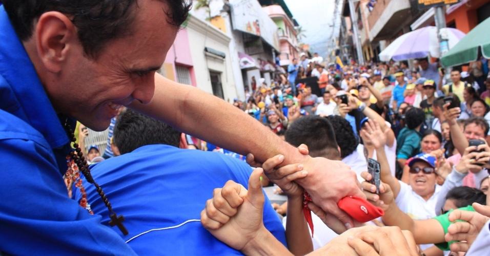 """16.mar.2013 - Henrique Capriles, opositor de Nicolás Maduro nas eleições presidenciais, cumprimenta eleitores durante um evento de campanha em La Grita, no Estado de Táchira, na Venezuela. Capriles deu início ao que chamou de """"cruzada"""" pelo país, a quatro semanas das eleições"""