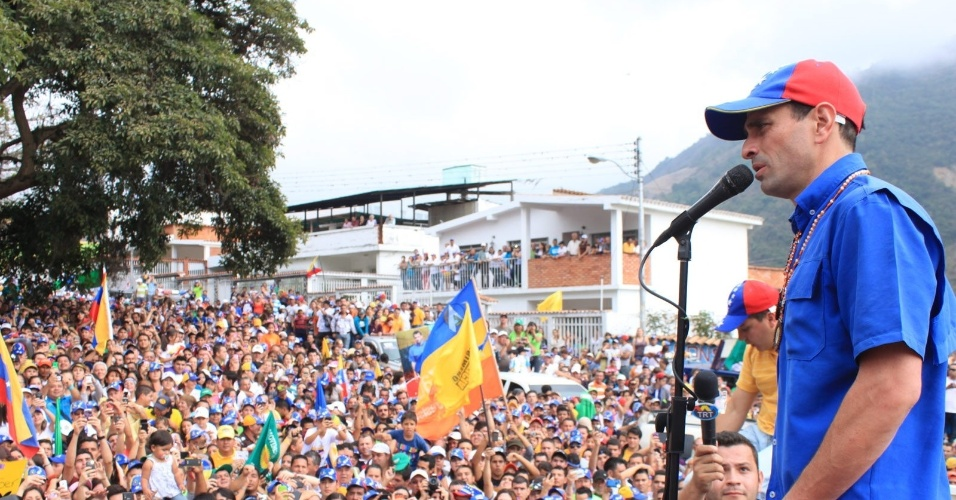 """16.mar.2013 - Henrique Capriles, opositor de Nicolás Maduro nas eleições presidenciais, discursa durante um evento de campanha em La Grita, no Estado de Táchira, na Venezuela. Capriles deu início ao que chamou de """"cruzada"""" pelo país, a quatro semanas das eleições"""