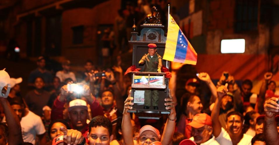 17.mar.2013 - Eleitores acompanham visita do presidente interino da Venezuela e candidato às eleições de 14 de abril, Nicolás Maduro, em um bairro da periferia de Caracas