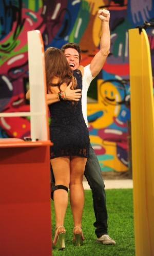 17.mar.2013 - Nasser dá abraço em Andressa após vencer a prova do líder
