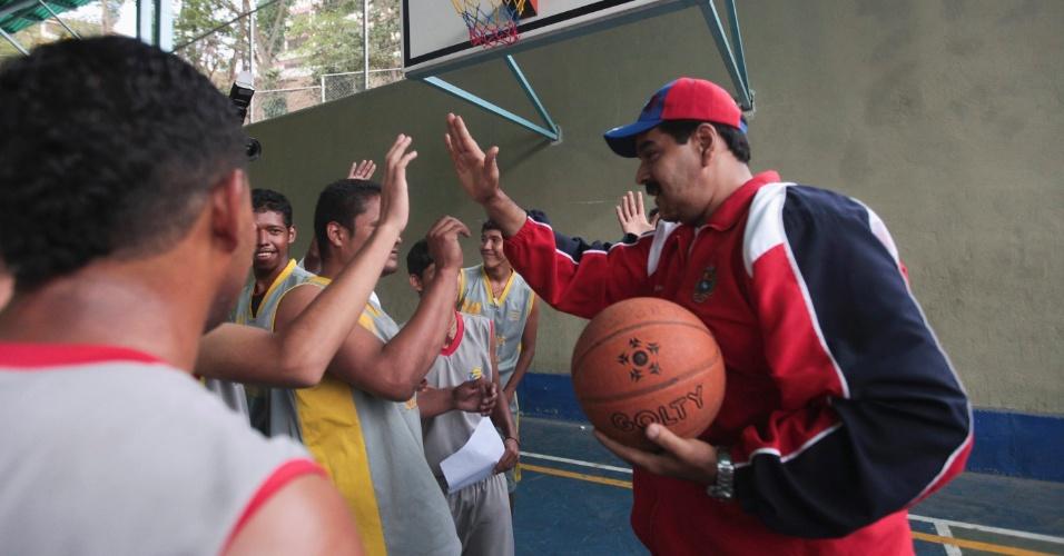 17.mar.2013 - Nicolás Maduro, presidente interino da Venezuela e candidato às eleições de 14 de abril, convocadas após a morte de Hugo Chávez, joga basquete durante campanha em um bairro da periferia de Caracas