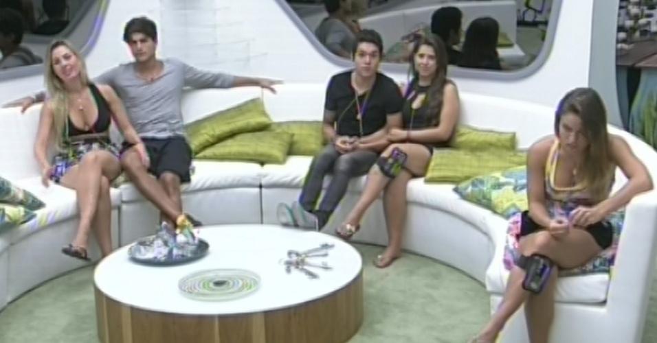18.mar. 2013 - Fernanda, André, Nasser, Andressa e Natália aguardam chegada de Pedro Bial para a edição ao vivo