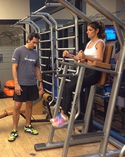 18.mar.2013 - Alvo de comentários por estar muito magra, Carol Magalhães divulga imagem em que aparece fazendo o abdominal infra para definir a barriga