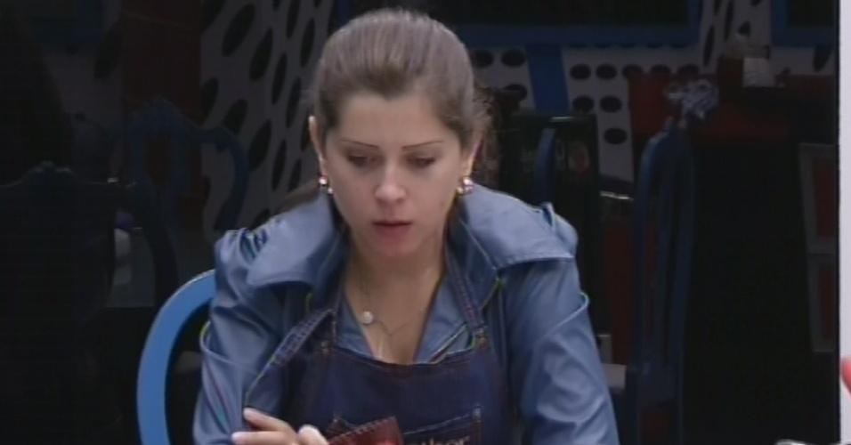 18.mar.2013 - Andressa almoça sozinha na casa grande