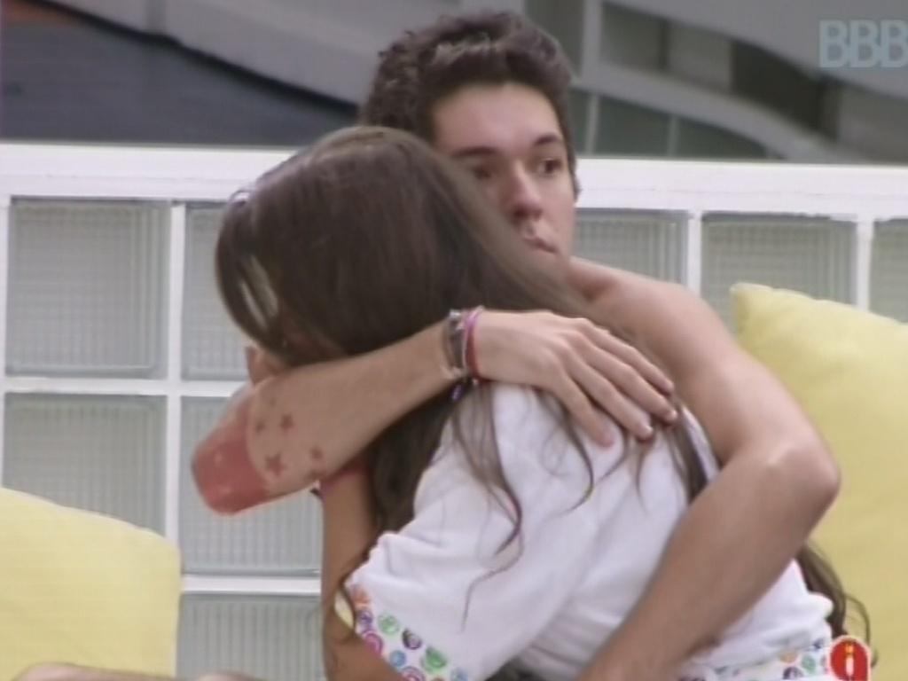 18.mar.2013 - Andressa chora após conversa com Fernanda e é consolada por Nasser. Ela disse ter medo de ser vista como