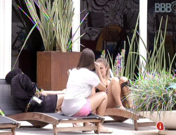 18.mar.2013 - Andressa conversa com Natália e Nasser
