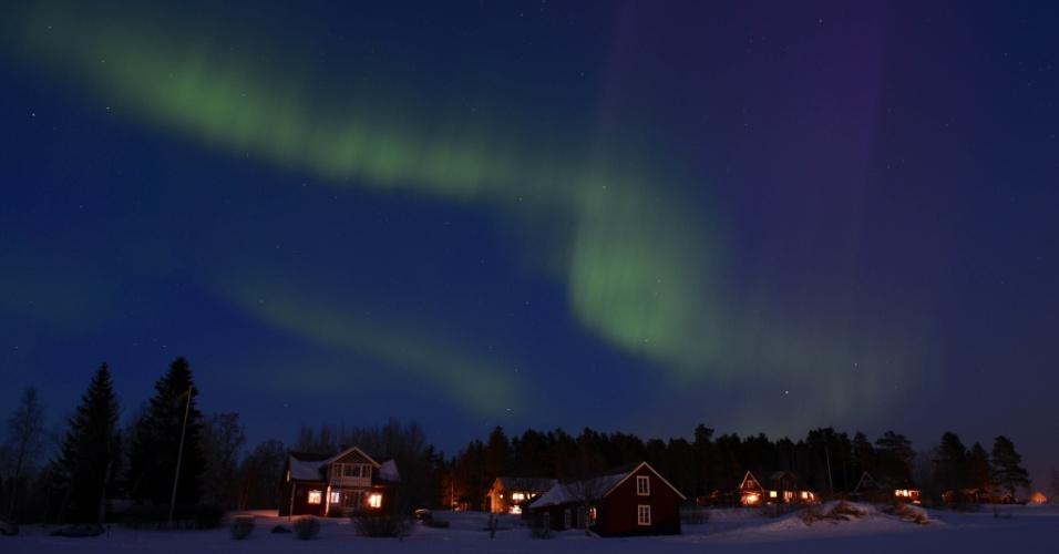 18.mar.2013 - Aurora Boreal brilha no céu ao crepúsculo, entre as cidades de Are e Ostersund, na Suécia