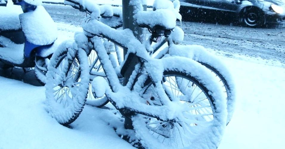 18.mar.2013 - Bicicletas são cobertas pela neve em Hamburgo (Alemanha)