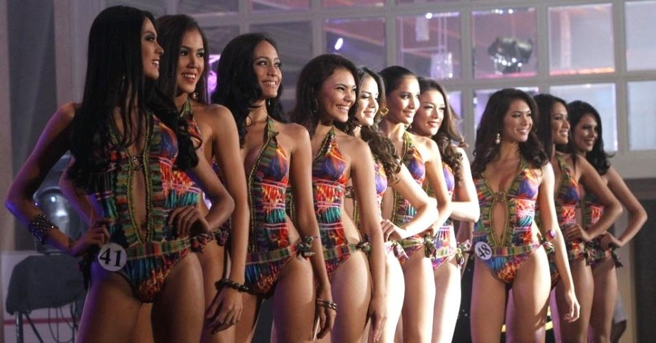 18.mar.2013 - Candidatas a miss Filipinas posam no palco de hotel na cidade de Makati, em Manila, capital do país. A final do concurso será realizada no dia 14 de abril, e a vencedora representará o país na final do Miss Universo