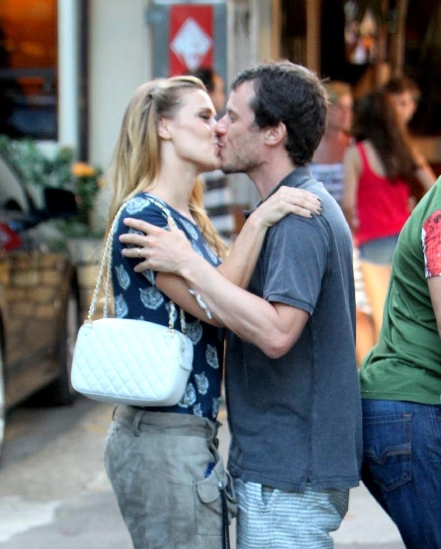 18.mar.2013 - Carolina Dieckmann beija o marido Tiago Worcman em porta de churrascaria, no Rio