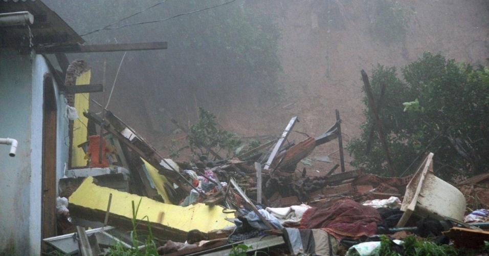 18.mar.2013 - Casa desabou no bairro Quitandinha, em Petrópolis, com as chuvas que atingem a cidade na região serrana do Rio de Janeiro desde o domingo (17)