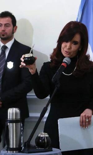 18.mar.2013 - Cristina Kirchner, presidente da Argentina, exibe kit para chimarrão com o qual presentou o papa Francisco. Ambos se encontraram nesta segunda-feira (18), um dia antes da missa inaugural do Sumo Pontíficie em Roma. É a primeira vez em que o papa, que também é argentino, recebe um chefe de Estado