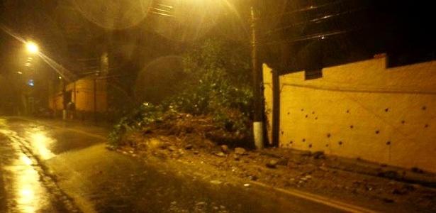 Deslizamento de terra na rua Olavo Bilac, em Petrópolis, na região serrana do Rio de Janeiro. - Reprodução/Twitter