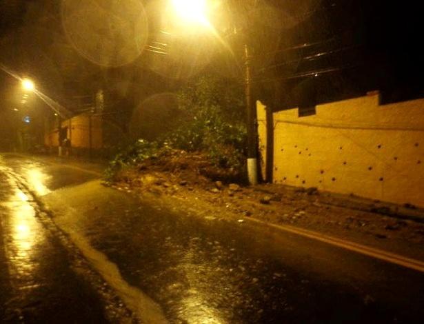 18.mar.2013 - Deslizamento de terra é registrado na rua Olavo Bilac, em Petrópolis, na região serrana do Rio de Janeiro. Um temporal que atinge a cidade desde à tarde de domingo (17) causou alagamentos e deslizamentos em vários pontos do município