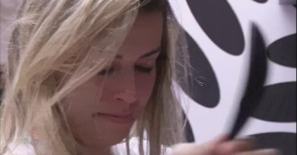 18.mar.2013 - Fernanda lava a louça após chorar