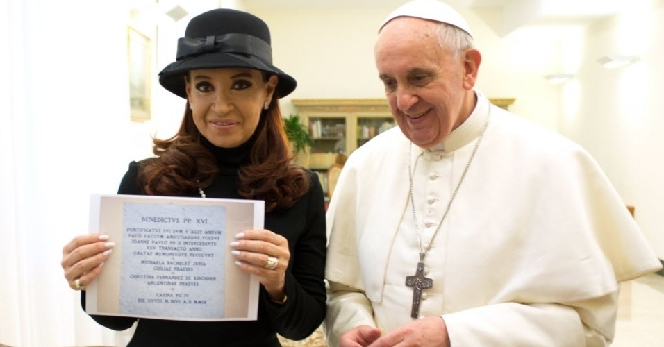 18.mar.2013 - Imagem divulgada pelo Vaticano mostra encontro do Papa Francisco com a presidente da Argentina, Cristina Kirchner