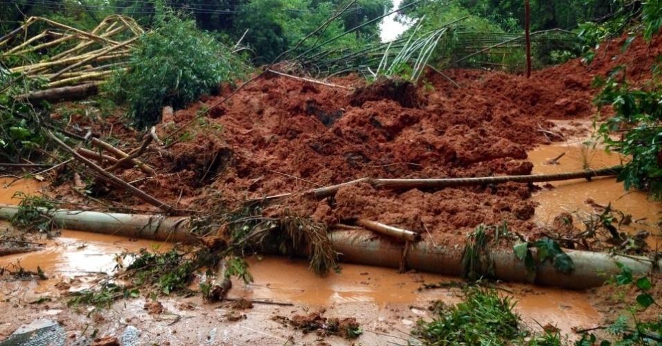18.mar.2013 - Imagem publicada no Facebook mostra barreira que caiu no morro da Barra do Una, em São Sebastião, no litoral paulista
