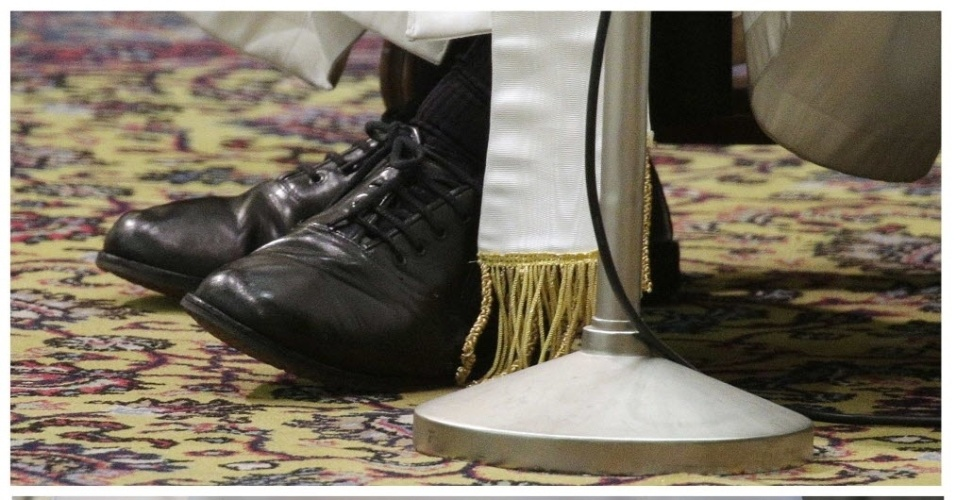 18.mar.2013 - Imagens dos sapatos do papa Francisco (em cima) durante audiência no Vaticano, e os calçados vemelhos de seu antecessor, o papa emérito Bento 16