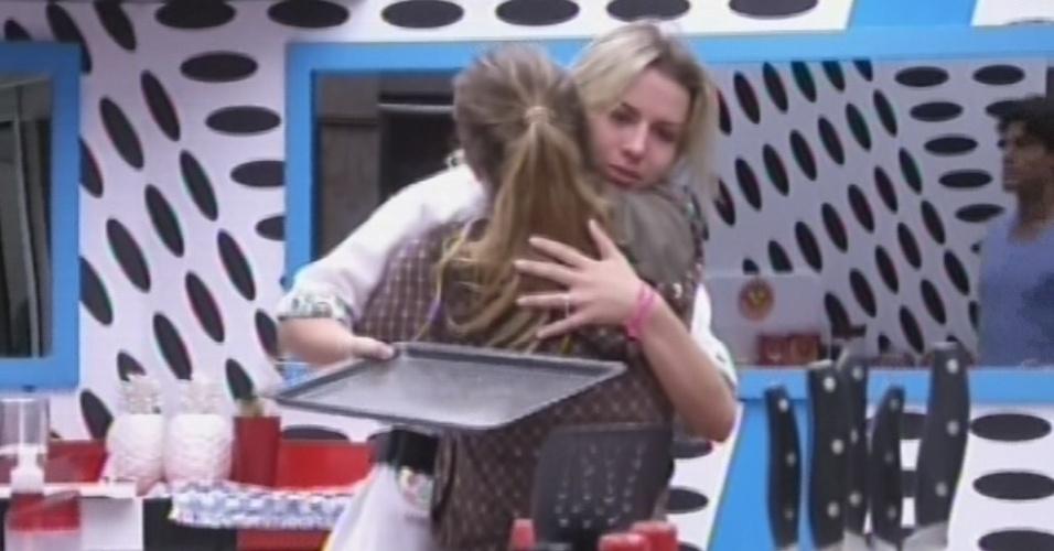 18.mar.2013 - Natália dá abraço em Fernanda