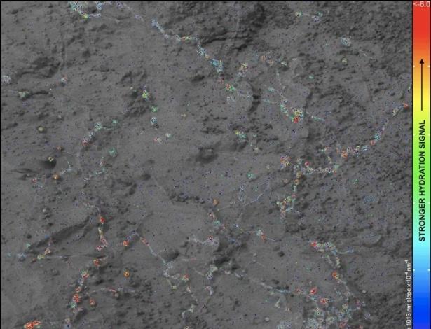 """18.mar.2013 - Os vestígios de minerais de argila encontrados em Marte pelo Curiosity na semana passada surgiram do hidrogênio - molécula que forma a água, elemento considerado essencial para um planeta abrigar vida - que havia debaixo do solo do planeta vermelho no passado, revela a Nasa (Agência Espacial Norte-Americana). Acima, o gráfico indica que os sinais mais fortes de 'hidratação' (azul indicam os níveis mais fracos e os vermelhos, os mais altos) estão associados com as veias e os nós das rochas. """"Água, água por toda parte, mas nem uma gota para beber"""", brinca o perfil do robô Curiosity no Facebook"""