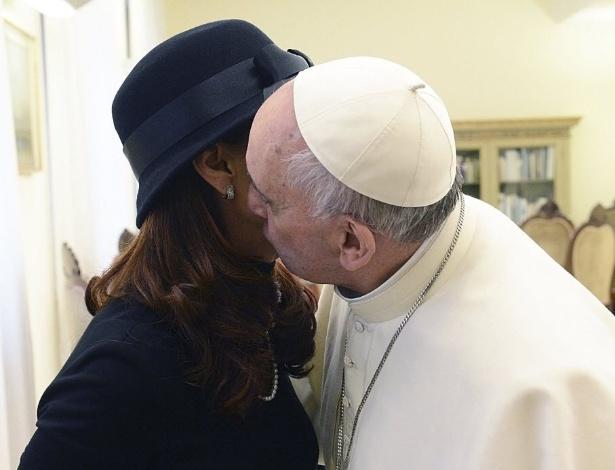 18.mar.2013 - Papa Francisco beija a presidente da Argentina, Cristina Kirchner, durante encontro dos dois no Vaticano, um dia antes da missa inaugural do Sumo Pontíficie em Roma