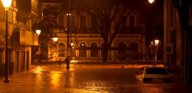 Rua fica debaixo d'água na madrugada desta segunda-feira (18) em Petrópolis, na região serrana do Rio
