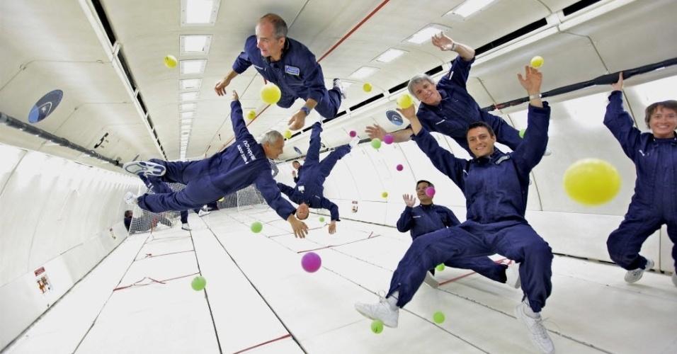18.mar.2013 - Turistas espaciais experimentam a sensação de 'gravidade zero' durante o primeiro voo comercial da Europa. O Airbus A300 Zero-G decolou de Bordeaux, na França, e realizou 15 manobras parabólicas de 22 segundos cada sobre as águas do oceano Atlântico e pousou cerca de 5 minutos depois. A viagem, que simulou as gravidades de Marte e da Lua, custa cerca de 6 mil euros (R$ 15,5 mil)