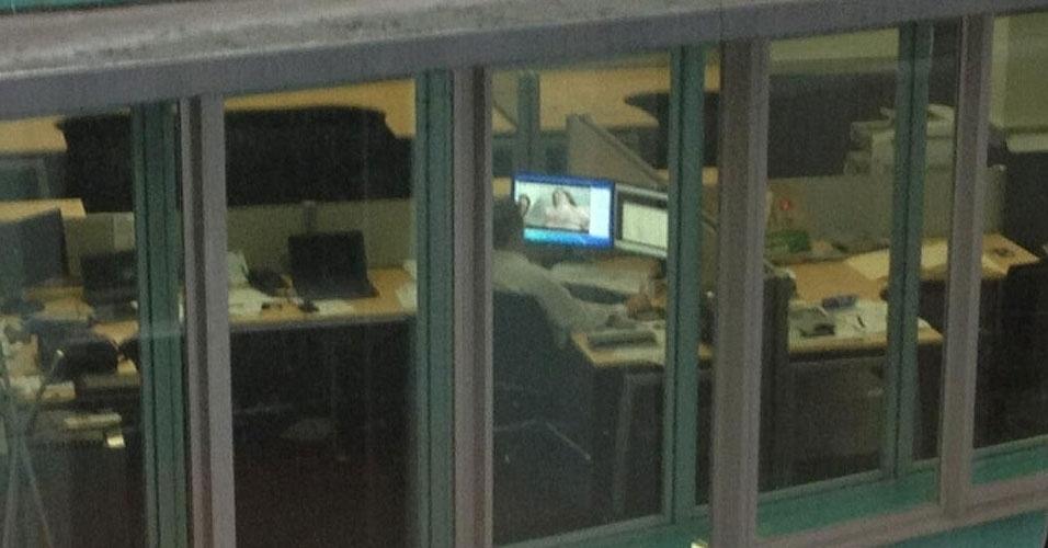 18.mar.2013 - Um usuário do Twitter na Austrália publicou a foto acima, em que mostrava um vizinho de escritório assistindo a conteúdo pornográfico no trabalho. A ''vítima'' não foi identificada, mas aparentemente o tuiteiro James P (@PenguinShepherd) se arrependeu da publicação. Ele excluiu o post que denunciava o vizinho (com 2.500 retuítes em algumas horas, segundo o ''Gawker'') e criticou a imprensa local, por ter dado tanta atenção ao caso