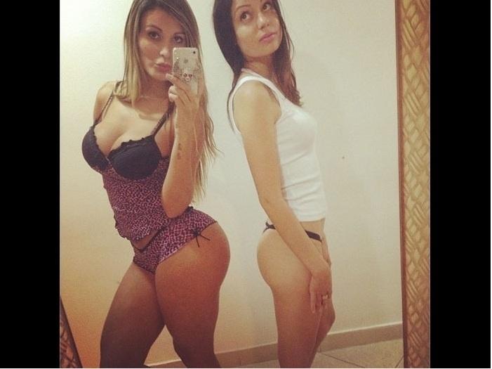 22.fev.2013 - A Miss Bumbum Andressa Urach provoca a falta de curvas de amiga
