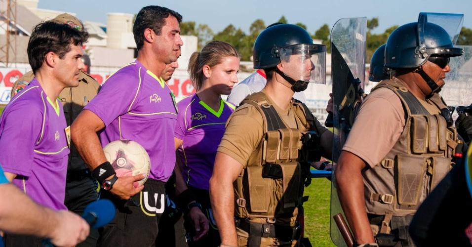 Bandeirinha Fernanda Colombo e árbitros deixam o gramado ao lado da polícia em Santa Catarina