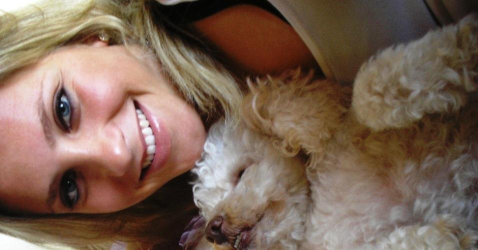Fernanda Colombo, bandeirinha em Santa Catarina, com o cachorrinho, chamado William Bonner
