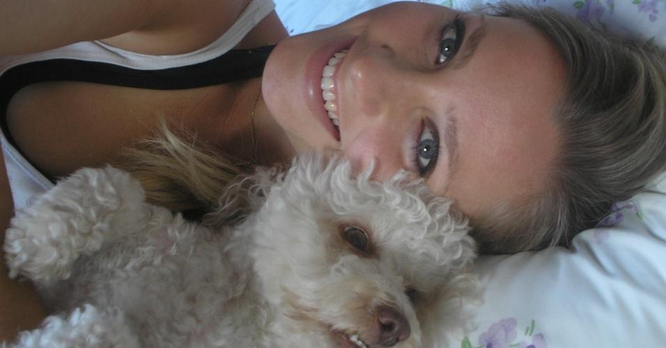 Fernanda Colombo, bandeirinha em Santa Catarina, com o cachorrinho William Bonner