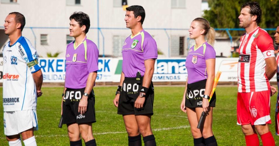 Fernanda Colombo perfilada ao lado dos companheiros do trio de arbitragem antes de partida em Santa Catarina