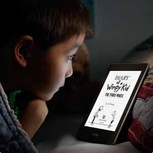 Leitor de livros eletrônicos Kindle Paperwhite começa a ser vendido no Brasil nesta terça-feira; companhia diz que tecnologia do aparelho não cansa a visão ao ler livros eletrônicos em ambientes pouco iluminados - Divulgação