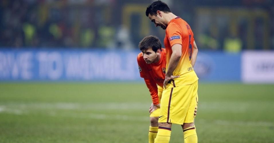 Messi e Xavi se preparam para cobrança de falta no duelo entre Milan x Barcelona, em 20 de fevereiro de 2013