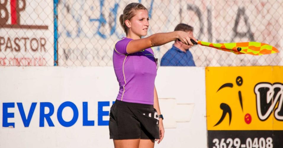 Musa da arbitragem, Fernanda Colombo assinala impedimento em jogo do futebol catarinense