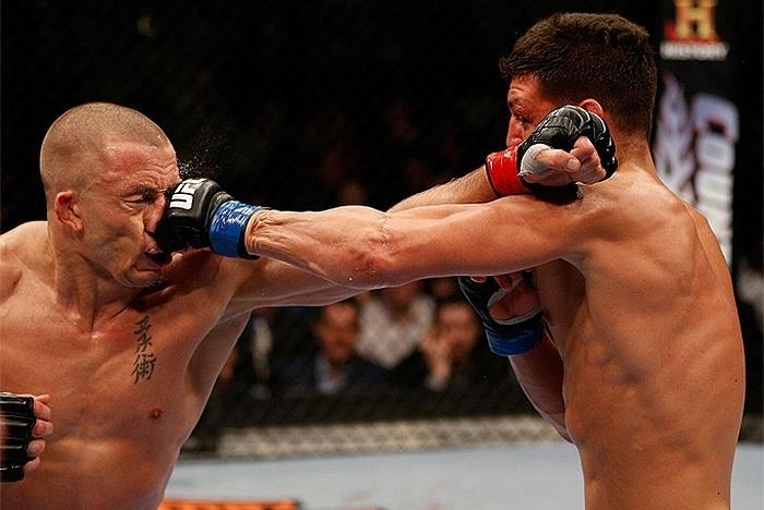 Nick Diaz acerta golpe em George St-Pierre no UFC 158