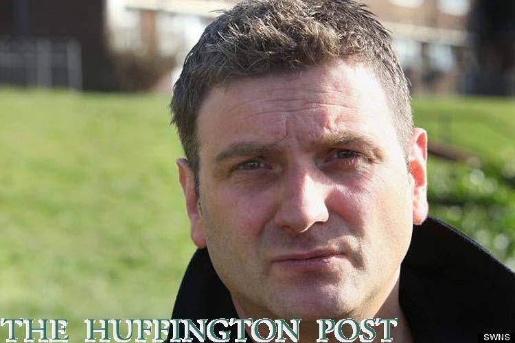 Reprodução de imagem publicada no The Huffington Post mostra Andrew Wardle, um britânico que nasceu sem pênis