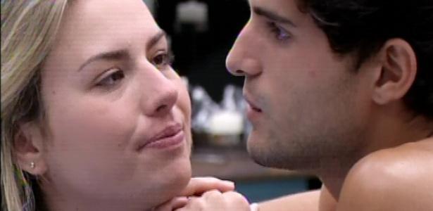 19.mar.2013 - André e Fernanda desejam sorte um ao outro