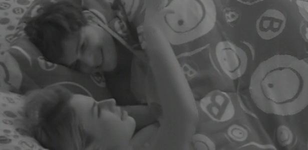 18.mar.2013 - André e Fernanda riem ao lembrarem de travessuras de Kamilla